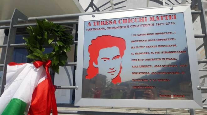 La targa posizionata in piazza Berlinguer