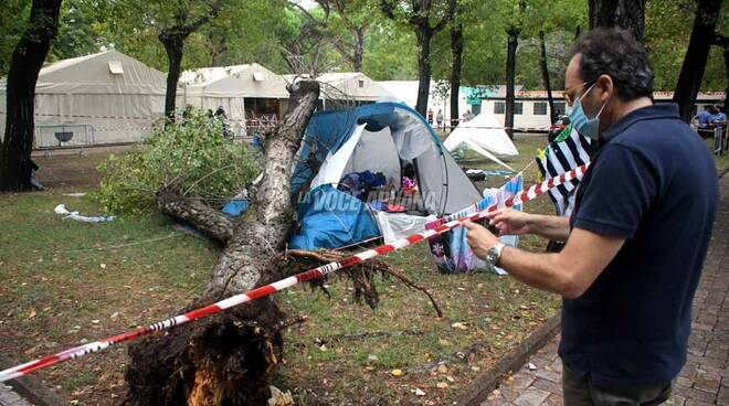 Tragedia a Marina di Massa, 2 bambine muoiono travolte da un albero