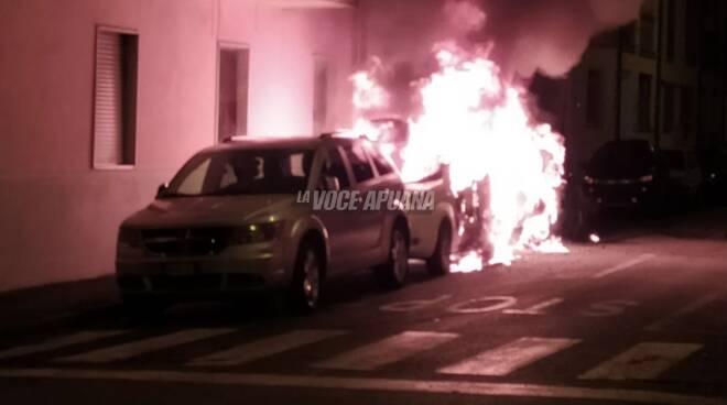 Carrara, auto a fuoco in via Dell'Amico