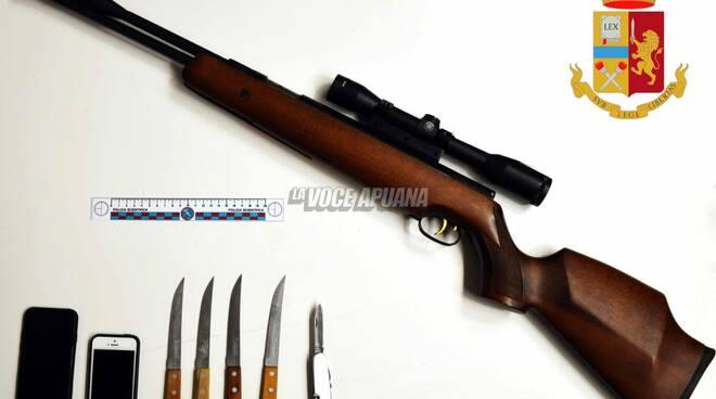 Coltelli e fucile sequestrati dalla polizia