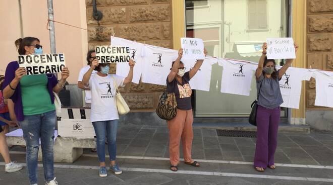 La manifestazione dei precari della scuola in via Dante a Massa