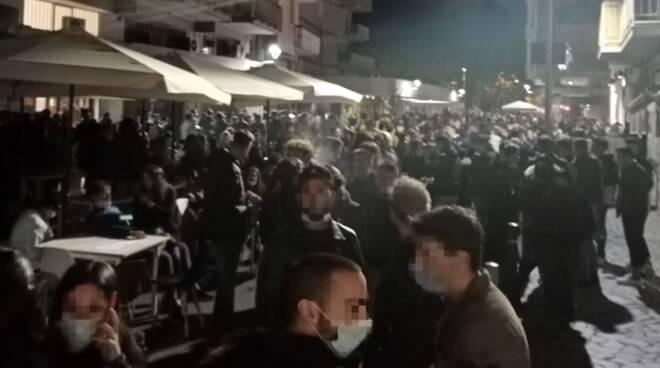 Assembramenti dopo mezzanotte a Marina di Carrara