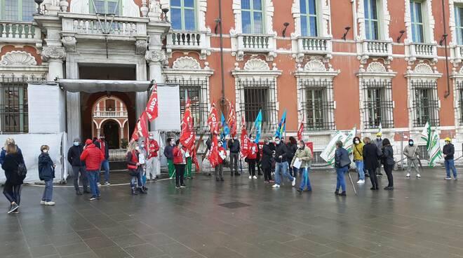 La protesta di Cgil Filcams, Cisl Fisacat e Uiltrasporti in Piazza Aranci