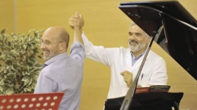 Soldati, pianista, e Mambrini, direttore del reparto di Oncologia