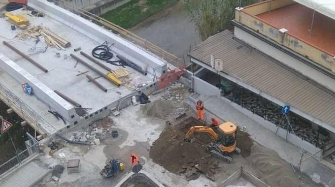 Il cantiere per il rifacimento del ponte di via Gino Menconi ad Avenza