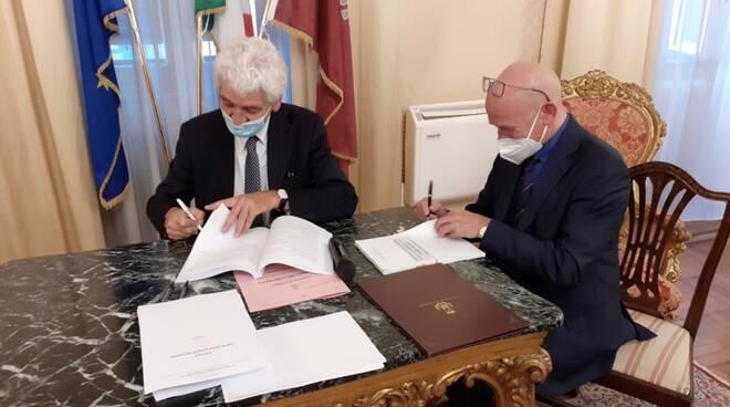 Il presidente di Retiambiente Daniele Fortini firma il contratto con il direttore dell'ATO Toscana Costa Franco Borchi