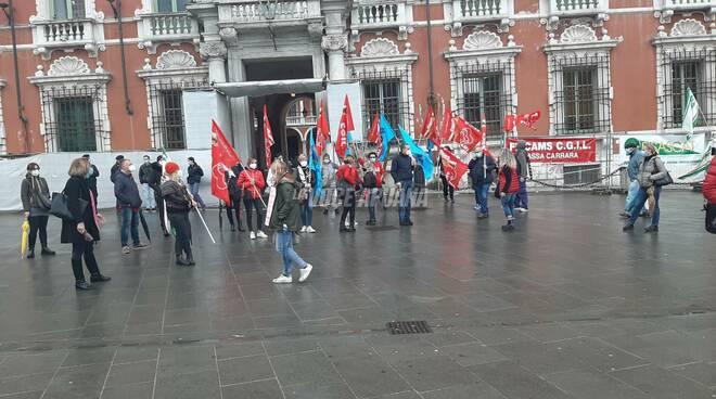 Il presidio del 13/11 dei lavoratori multiservizi in piazza Aranci