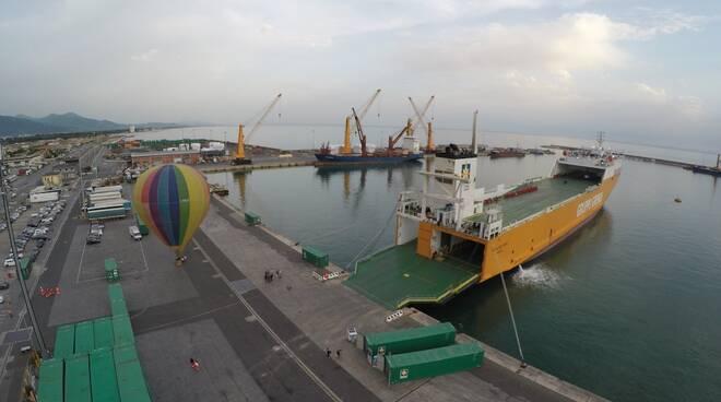 Nave Grendi al porto di Marina di Carrara