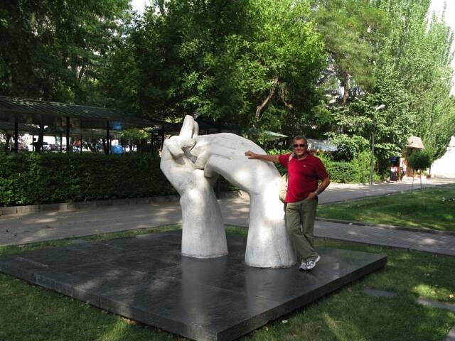 Professor Riccardo Canesi sotto al monumento all'amicizia con Jerevan