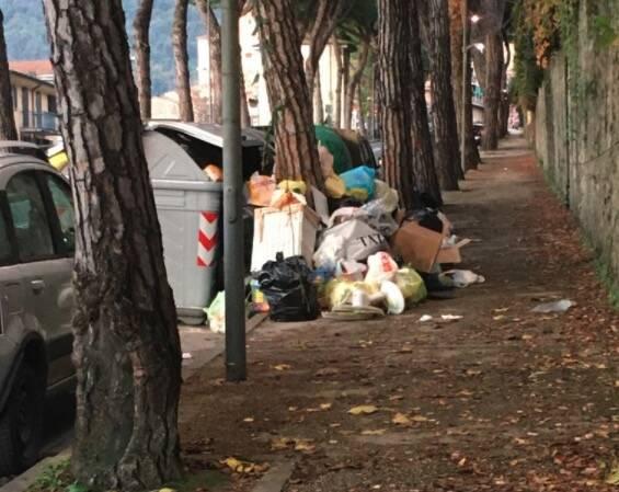 Rifiuti abbandonati all'isola ecologica di via Roma (San Ceccardo, Carrara)
