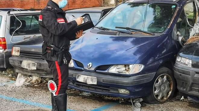 Carabinieri, cimitero auto, auto abbandonate a Carrara