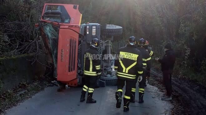 Il camion del marmo ribaltato, camion ribaltato