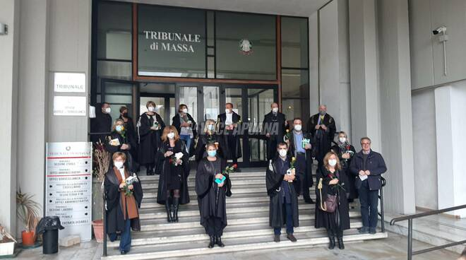 Il flash mob dei magistrati onorari del Tribunale di Massa