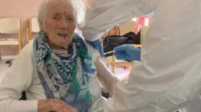 La signora Maria (106 anni) si vaccina contro il covid