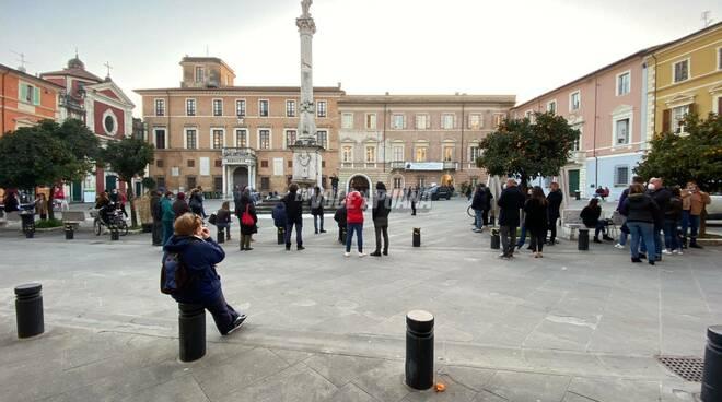 Assemblea autoconvocata contro le misure anticovid in Piazza Mercurio (Massa) del 26 febbraio 2021