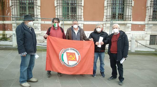 La protesta di Rifondazione Comunista in piazza Aranci