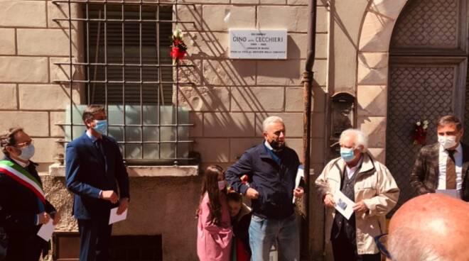 Il posizionamento della targa in ricordo dell'ex sindaco di Massa Gino Cecchieri