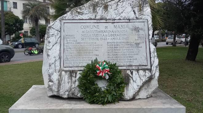 L'opposizione celebra la Liberazione di Massa davanti al monumento dedicato alle donne e alla via del sale