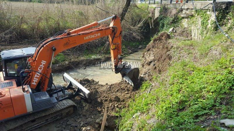 lavori ruspa lavori pubblici fosso scavatrice