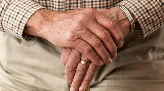 nonno anziano pensionato