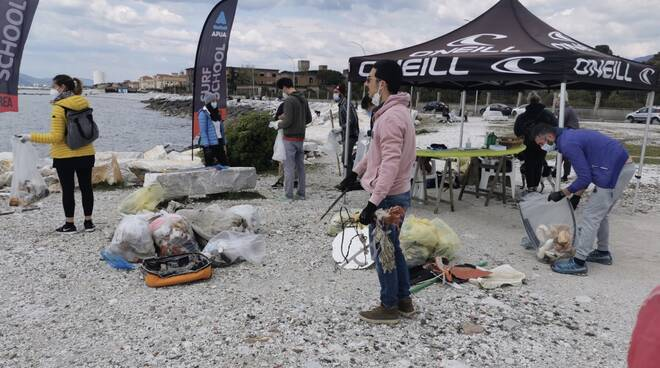 pulizia litorale rifiuti plastica
