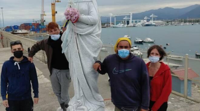 Restauro della madonnina del porto di Carrara della scuola del marmo