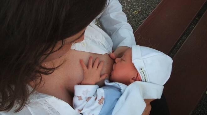 allattamento al seno neonato bambino lattante