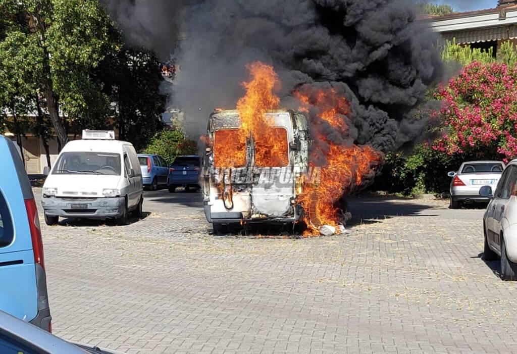 incendio furgoncino vigili del fuoco