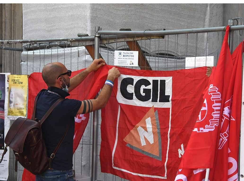 Il presidio di Cgil, Cisl e Uil per dire basta alle morti sul lavoro