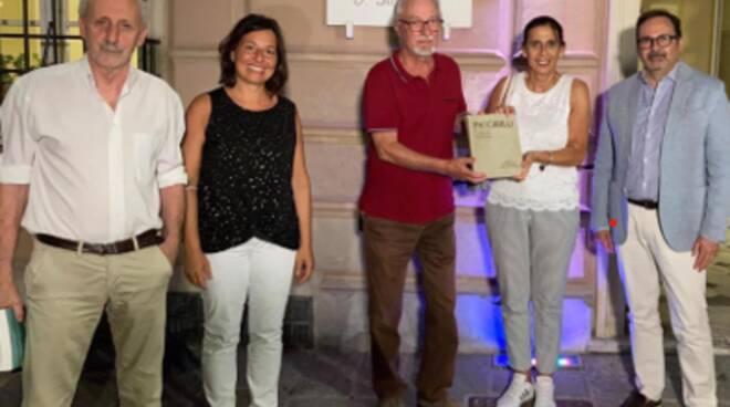 Italia Nostra dona un libro alla biblioteca di Massa