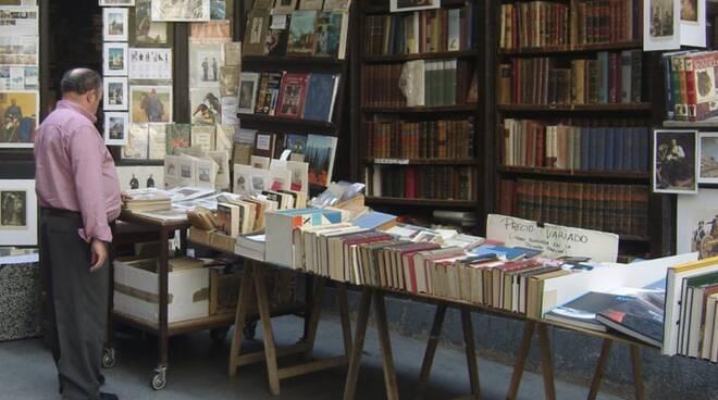 mercatino antiquariato bancarella libri