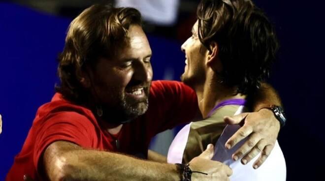 Simone Tartarini e Lorenzo Musetti si abbracciano ad Acapulco 2021