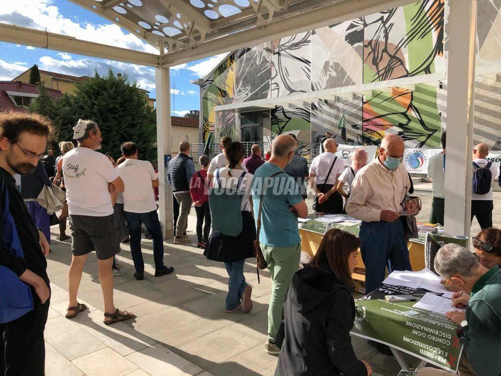 manifestazione no green pass piazza berlinguer massa